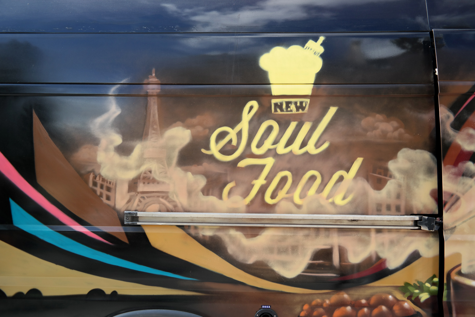 New Soul Food truck by Rudy Laine camion graffé pour cuisine afro-disiaque graffiti rue de la ville photo united states of paris blog
