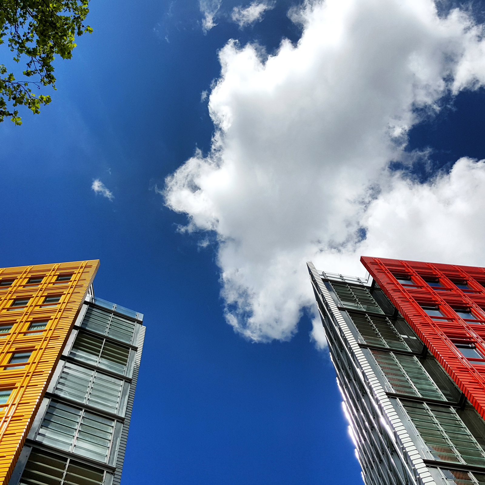 Photo du mois Nuage et design Londres - Cloud and buildings Google UK Central Saint Giles London design Renzo Piano picture with Samsung GS6 edge by United states of paris blog