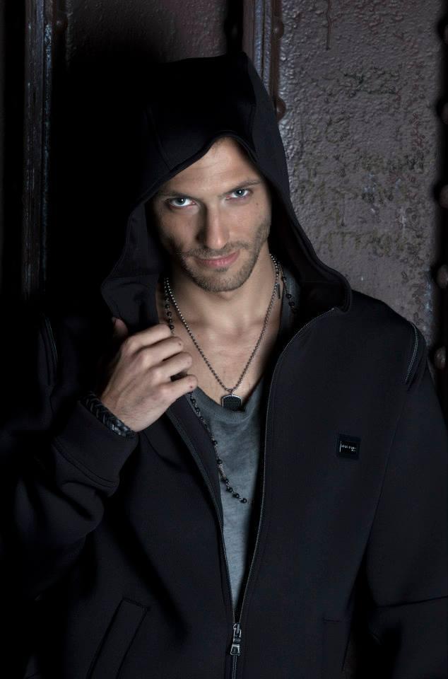Portrait Enzo l'insaisissable magicien et illusionniste spectacle au Casino de Paris octobre et novembre 2015