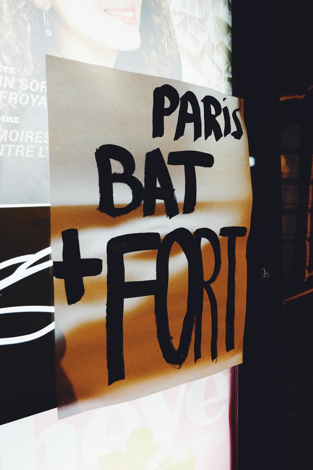 Paris bat plus fort message affiché sur kiosque à journaux après les attentats de paris le 13 novembre 2015 Pray for Paris Je suis Paris photo united states of paris blog