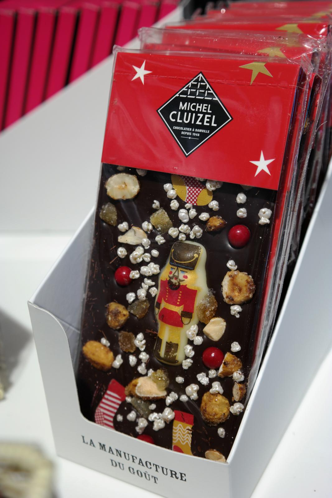 Tablette de Noël originale chocolat noir 72 de cacao décorée à la main avec amandes noisettes caramélisés dés d oranges confites céréales soufflées Michel Cluizel chocolatier