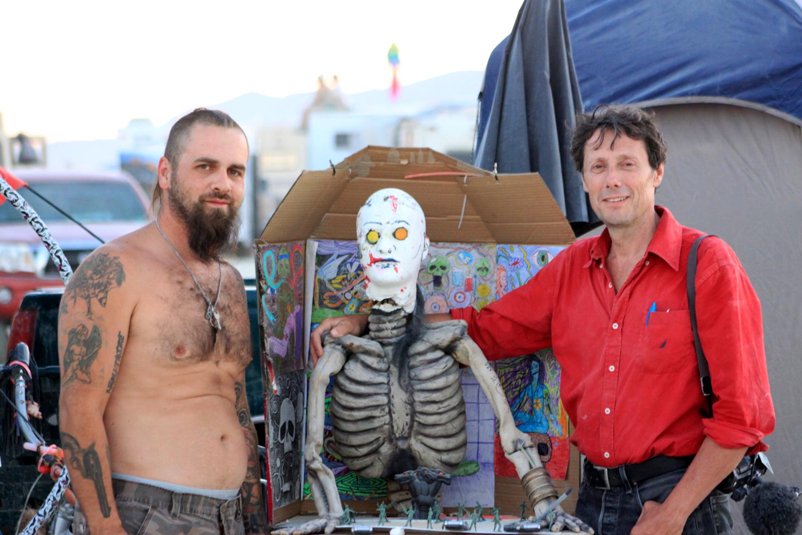 Antoine de Maximy et un homme tatoué au festival Burning Man désert de Black Rock au Nevada DVD j irai dormir chez l homme qui brule