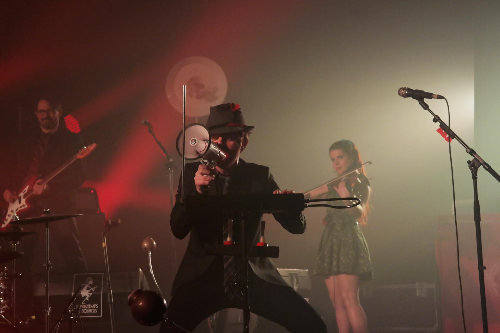 Mathias Malzieu et Babet du groupe Dionysos live concert Printemps de Bourges 2016 festival musique tournée vampire en pyjama photo scène usofparis blog