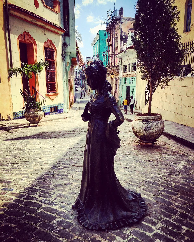 Statue de ballerine ballerina entrée du quartier Habana Vieja vieille ville à la Havane Cuba photo usofparis travel blog voyage amérique du nord
