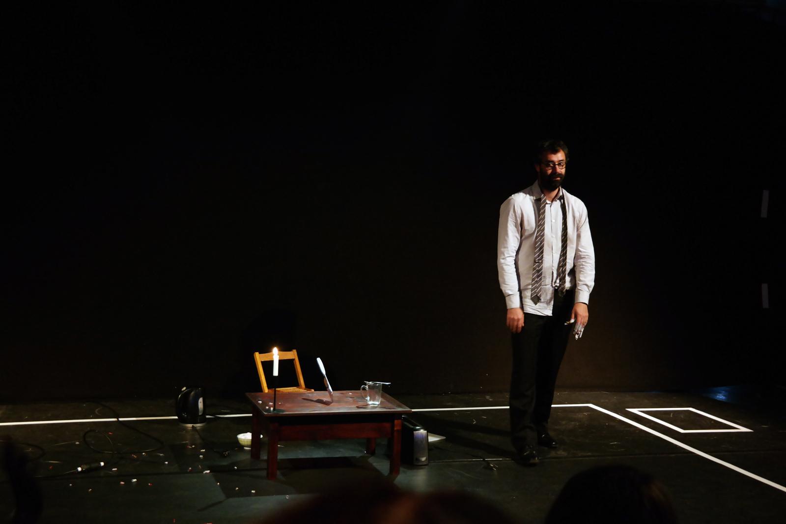Etienne Manceau spectacle VU compagnie Sacékripa solo pour un manipulateur d objets usuels Festival Perspectives 2016 Sarrebruck Saarbrücken allemagne photo usofparis blog