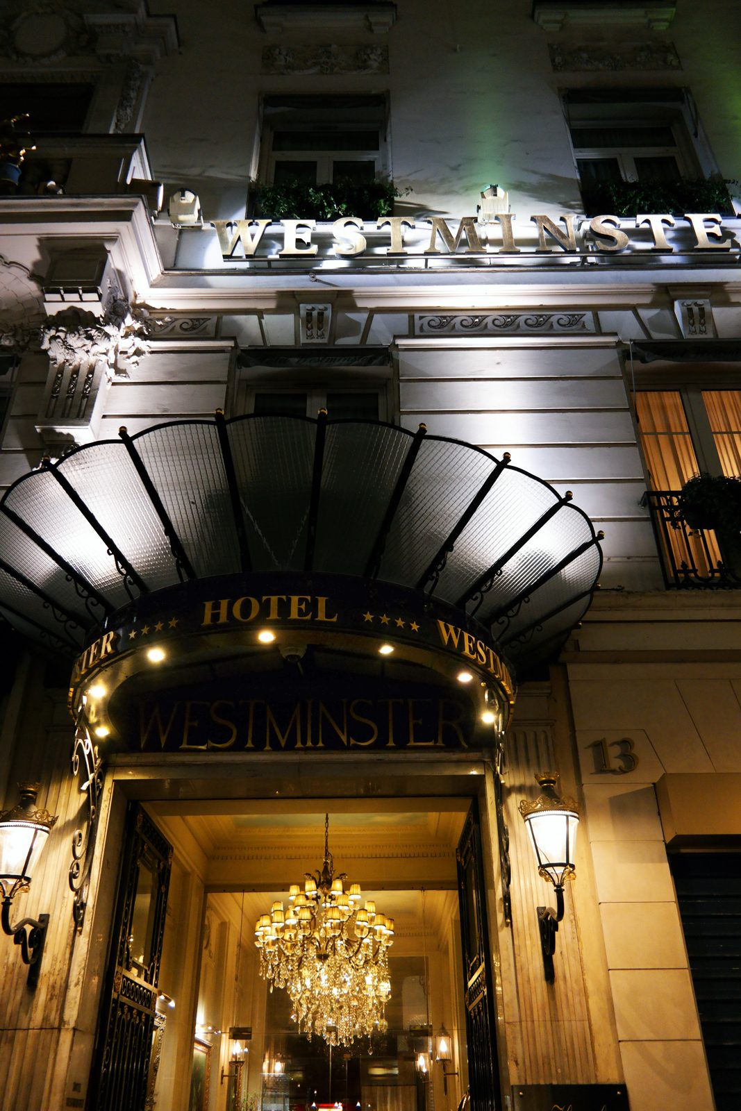 Hôtel Westminster Paris 4 étoiles façade de nuit rue de la Paix collection Warwick International Hotels place vendôme photo usofparis blog