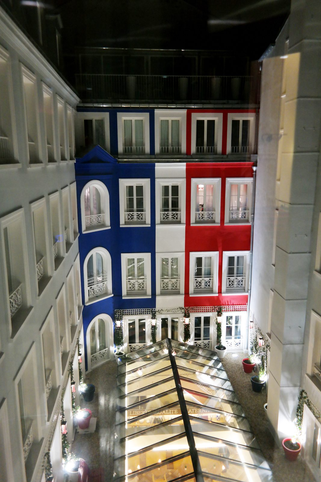 Hotel le 34B astotel paris 34 rue Bergere 75009 blue white red facade french design booking photo usofparis blog