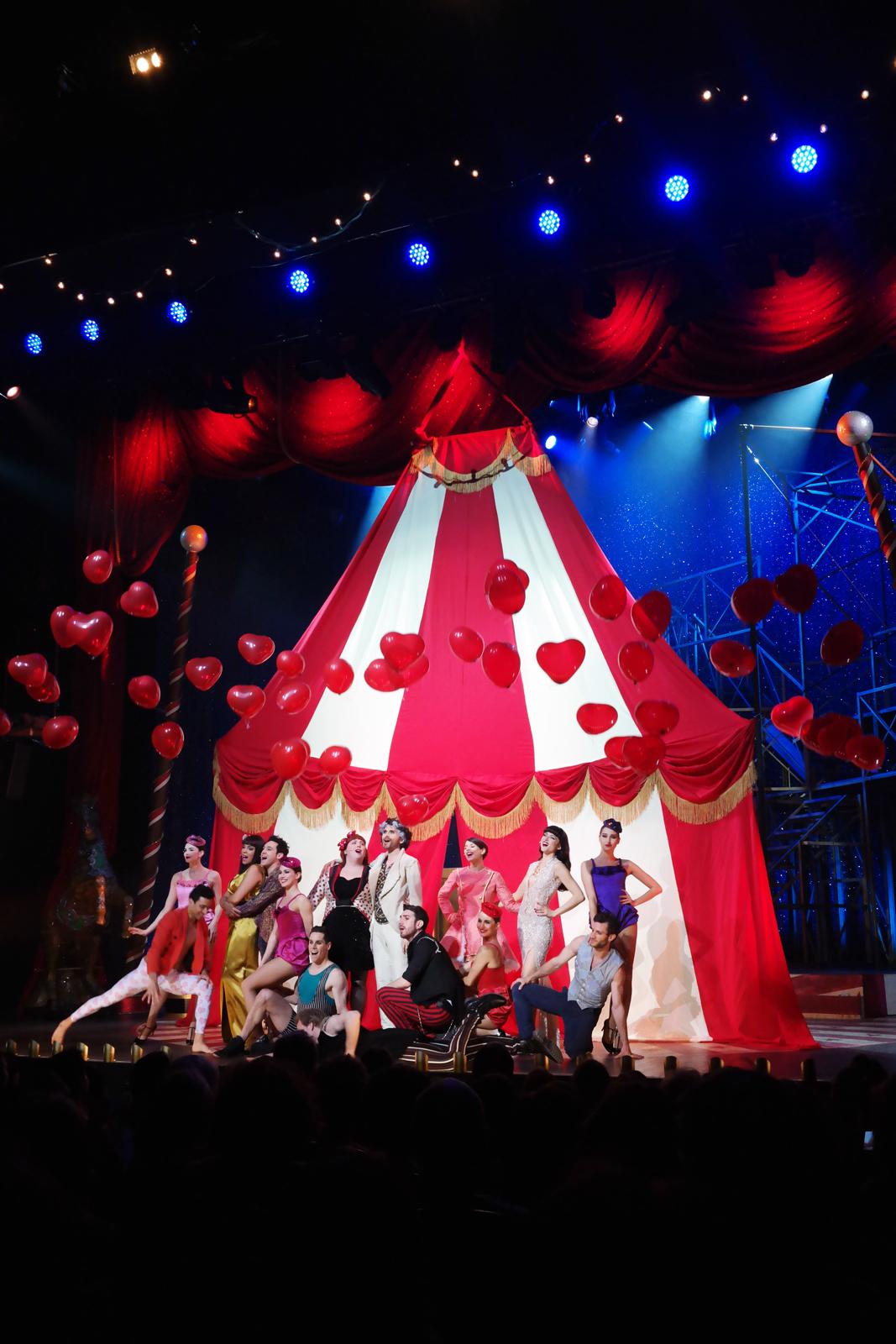 La Troupe de Love Circus la comédie musicale Les Folies Bergère avec Vincent Heden Fanny Fourquez Lola Cès Sofia Mountassir Flo Malley salut avec ballons photo scène usofparis blog
