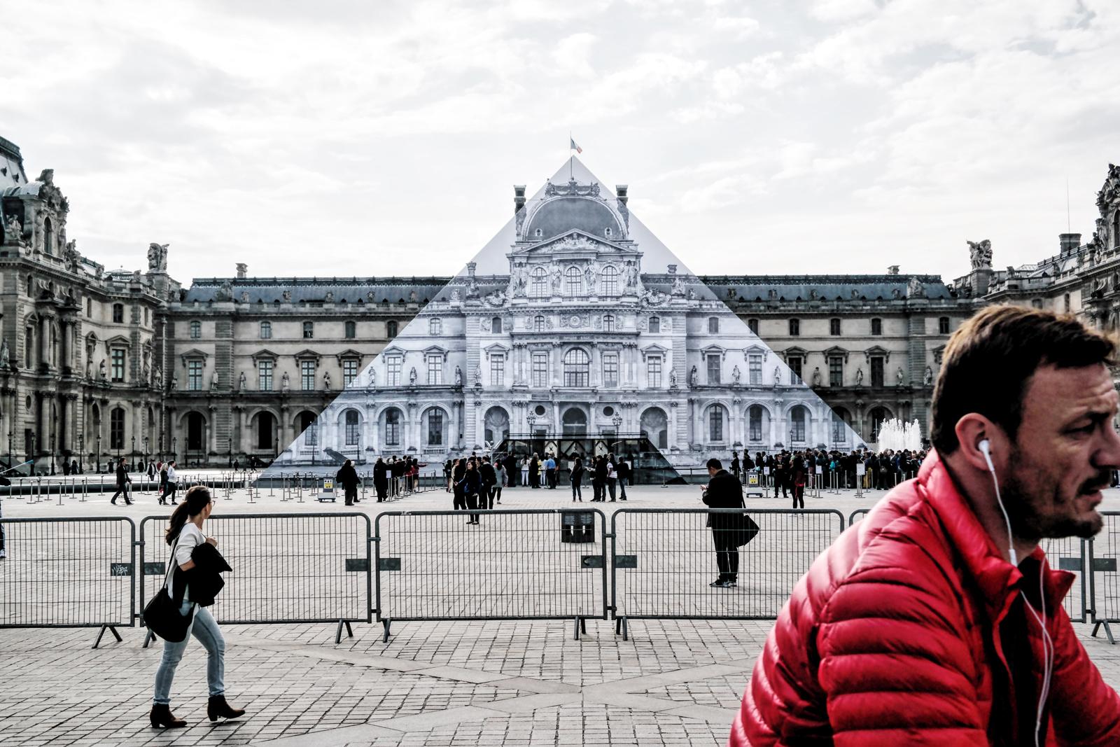 JR au Louvre installation collage sur la pyramide du musée du Louvre par le street artiste mai juin 2016 photo united states of paris blog usofparis