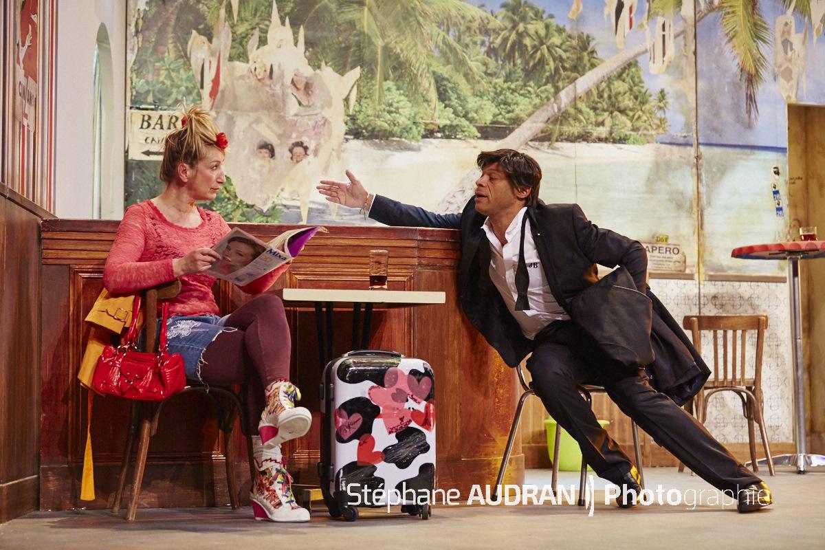 Nuit d ivresse avec Elisabeth Buffet et Denis Maréchal smoking rencontre café de gare au Théâtre Michel Paris comédie de Josiane Balasko photo scène Stéphane Audran photographie