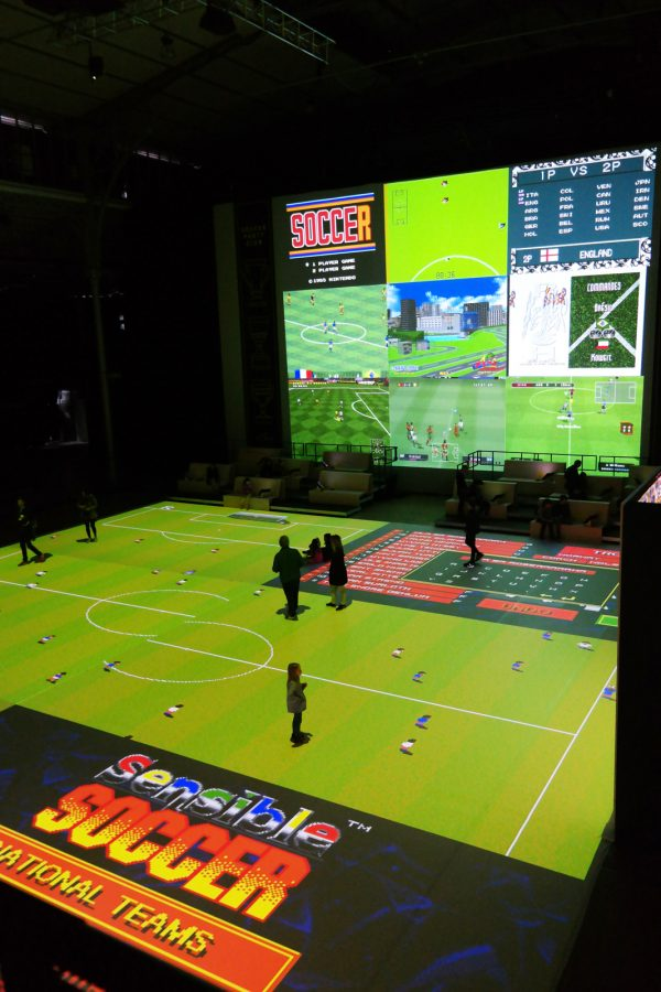 Soccer Party Club terrain de foot virtuel géant installation Kick Off Super Soccer Pelé Football Grande Halle de La villette Foot Foraine Euro 2016 photo usofparis blog