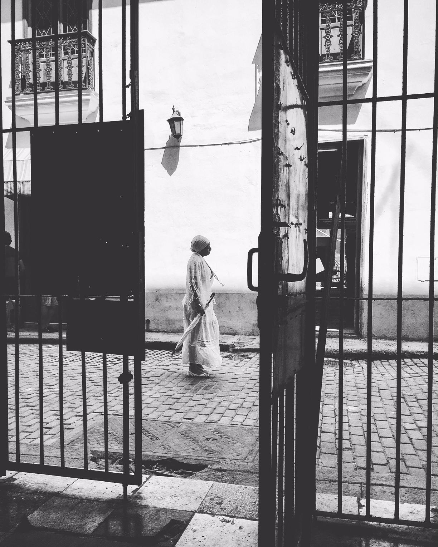 Femme dans une ruelle La Havane La Habana street photo noir et blanc usofparis travel blog voyage tourisme amérique du nord
