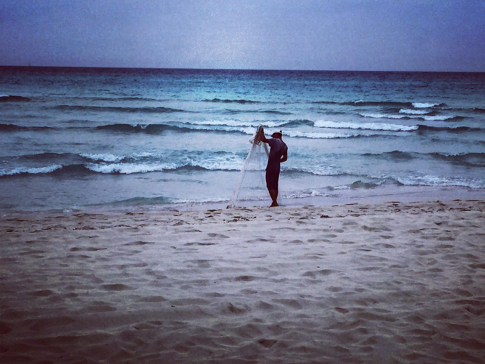 Pêcheur rangeant son filet fin de journée au bord de la Mer des Caraïbes Trinidad La Havane La Habana Cuba photo usofparis travel blog voyage amérique du nord