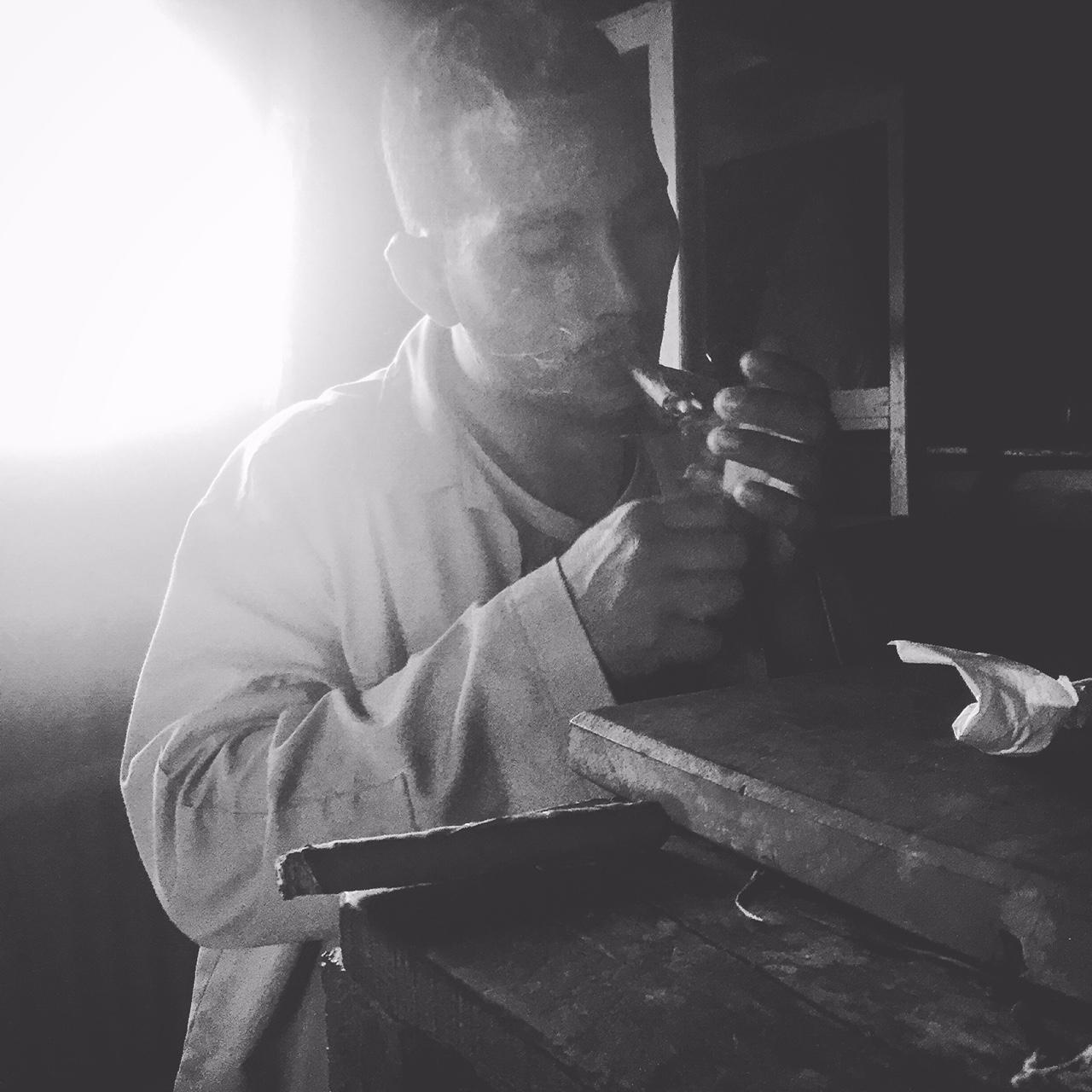 Portrait noir et blanc d un rouleur de cigares à Vinales Cuba photo usofparis travel blog voyage tourisme amérique du nord