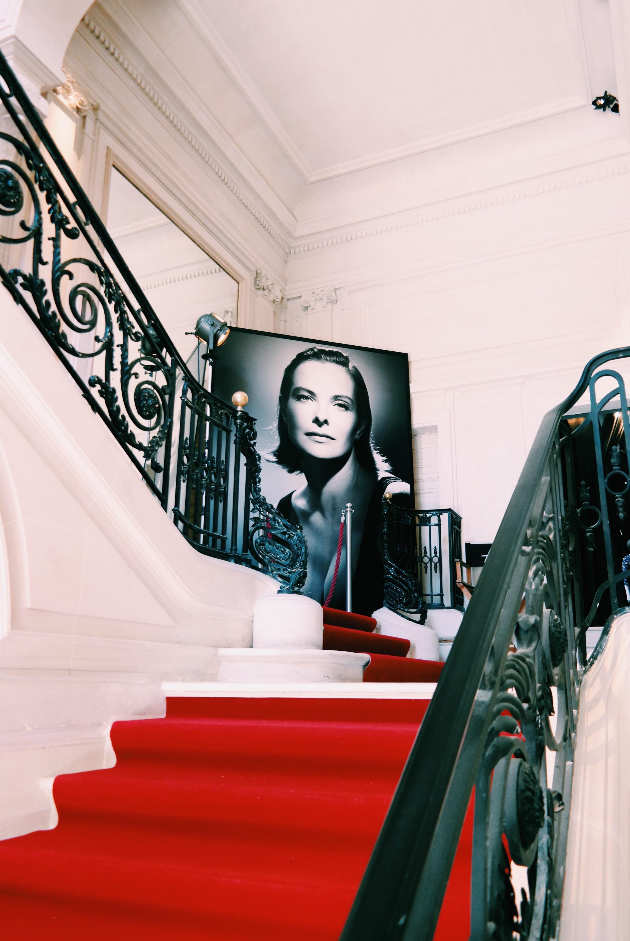 Studio-Harcourt-grand-escalier-hôtel-particulier-rue-de-Lota-paris-16e-portrait-de-Carole-Bouquet-noir-et-blanc-photo-usofparis-blog