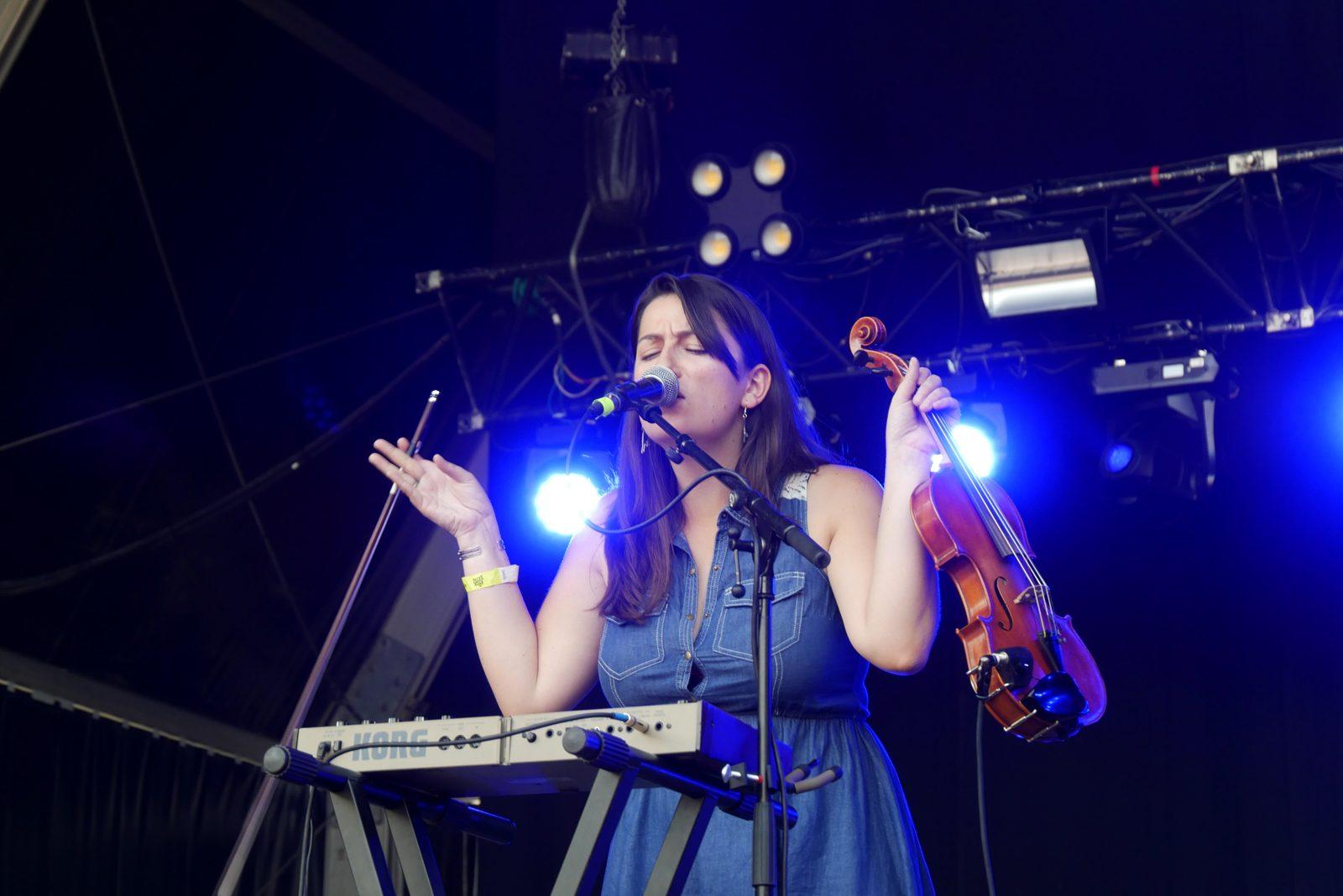 Isabel Ritchie The Strumbellas live concert Rock en Seine 2016 festival paris stage photo usofparis blog