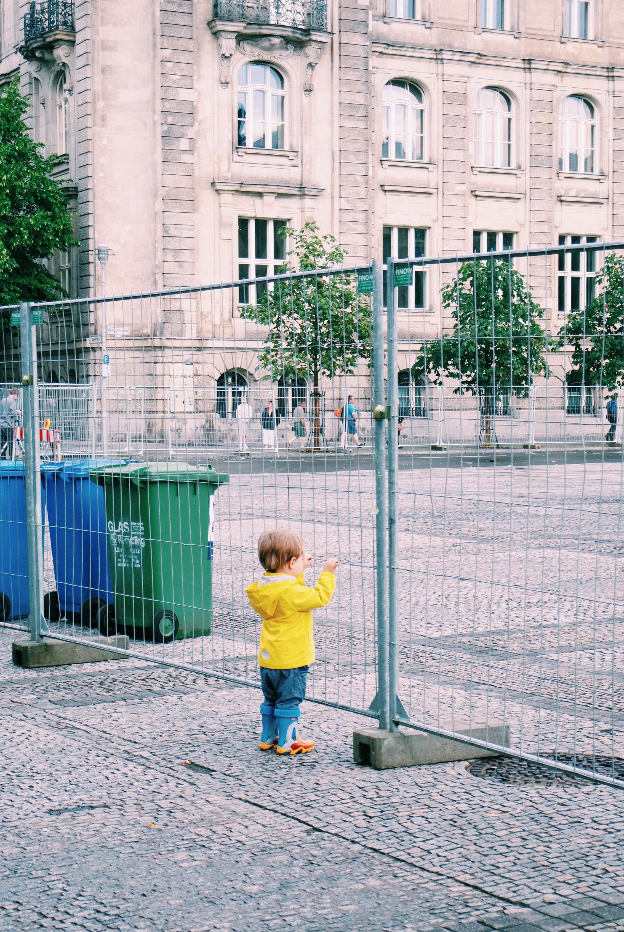Jeune-touriste-curieux-en-ciré-jaune-young-tourist-Gendarmenmarkt-Berlin-Allemagne-photo-du-mois-usofparis-travel-blog
