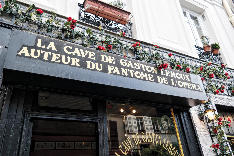 La-Cave-de-Gaston-Leroux-auteur-du-roman-Le-Fantôme-de-l-Opéra-106-Rue-Lepic-Paris-18-Montmartre-comédie-musicale-Théâtre-Mogador-photo-usofparis-blog