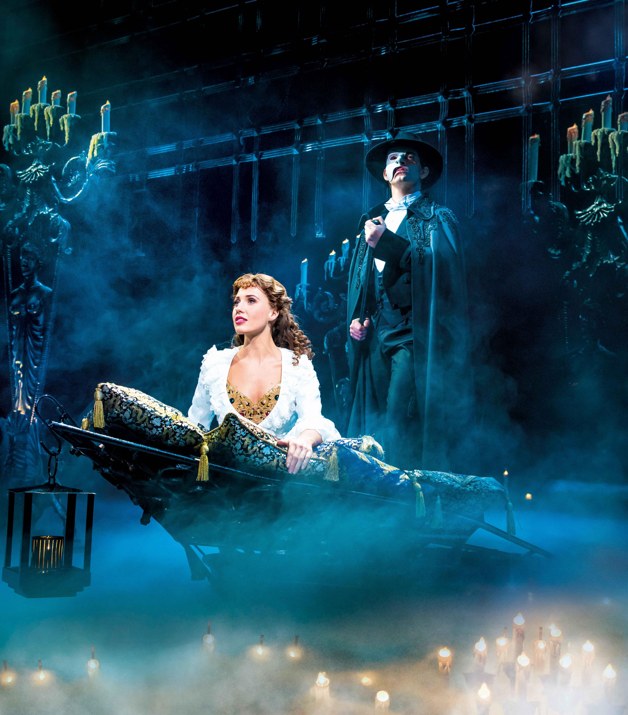 Le Fantome de l opéra Christine et le fantôme sur barque comédie musicale culte Théâtre Mogador Paris The phantom of the opera musical photo scène