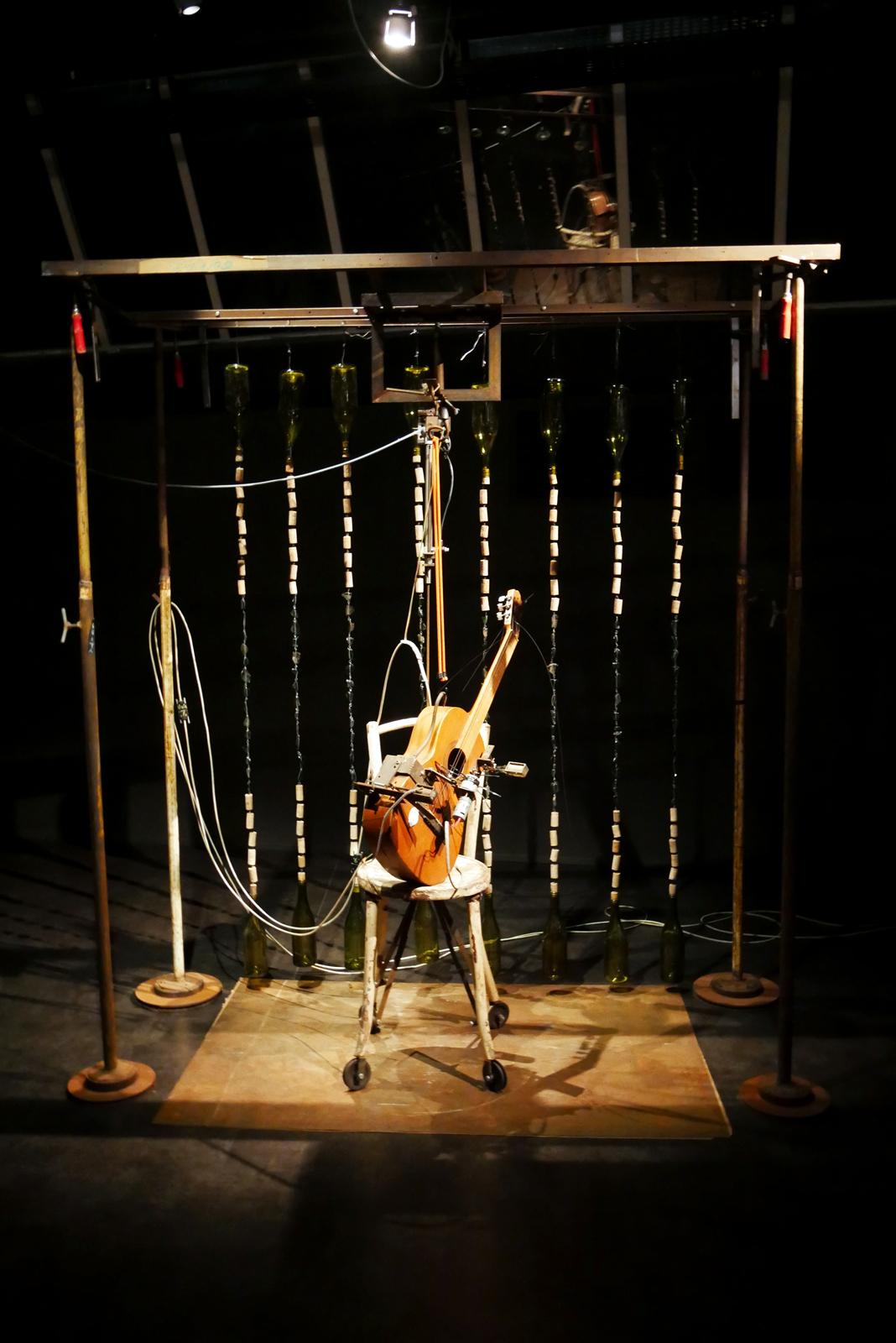 gilbert-peyre-chaise-et-guitare-2009-electropneumatique-halle-saint-pierre-paris-exposition