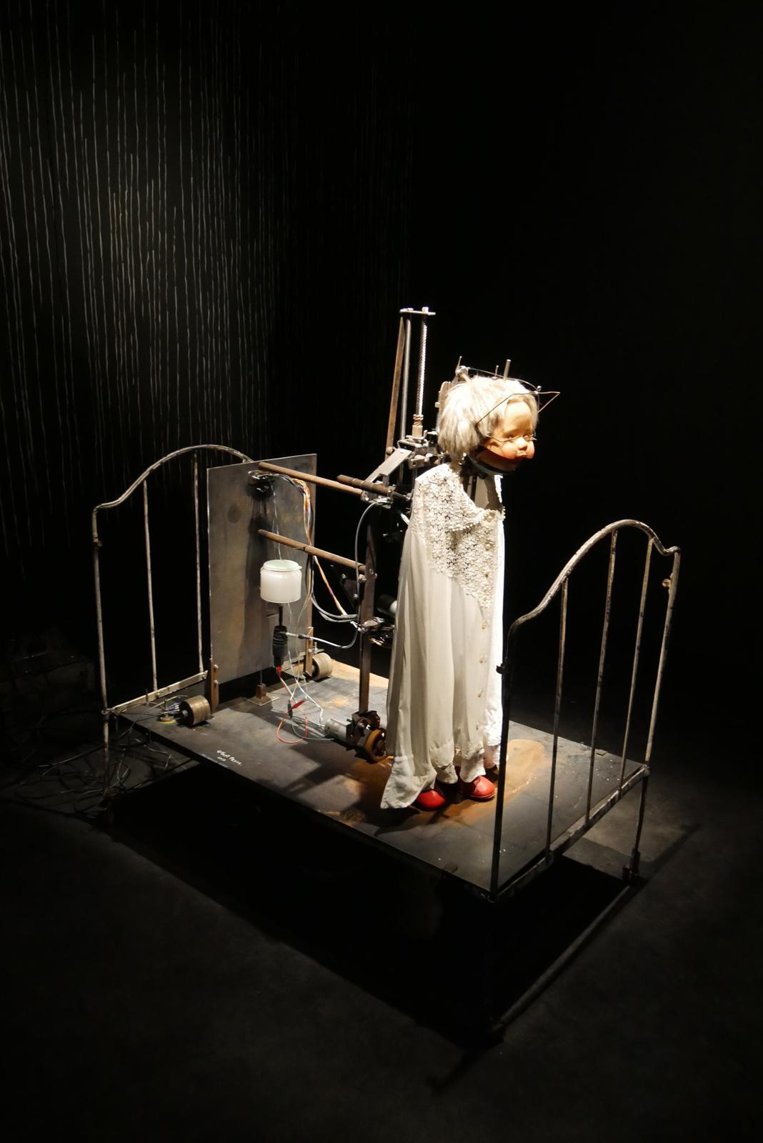 gilbert-peyre-la-petite-fille-2015-electromecanique-exposition-halle-saint-pierre-paris