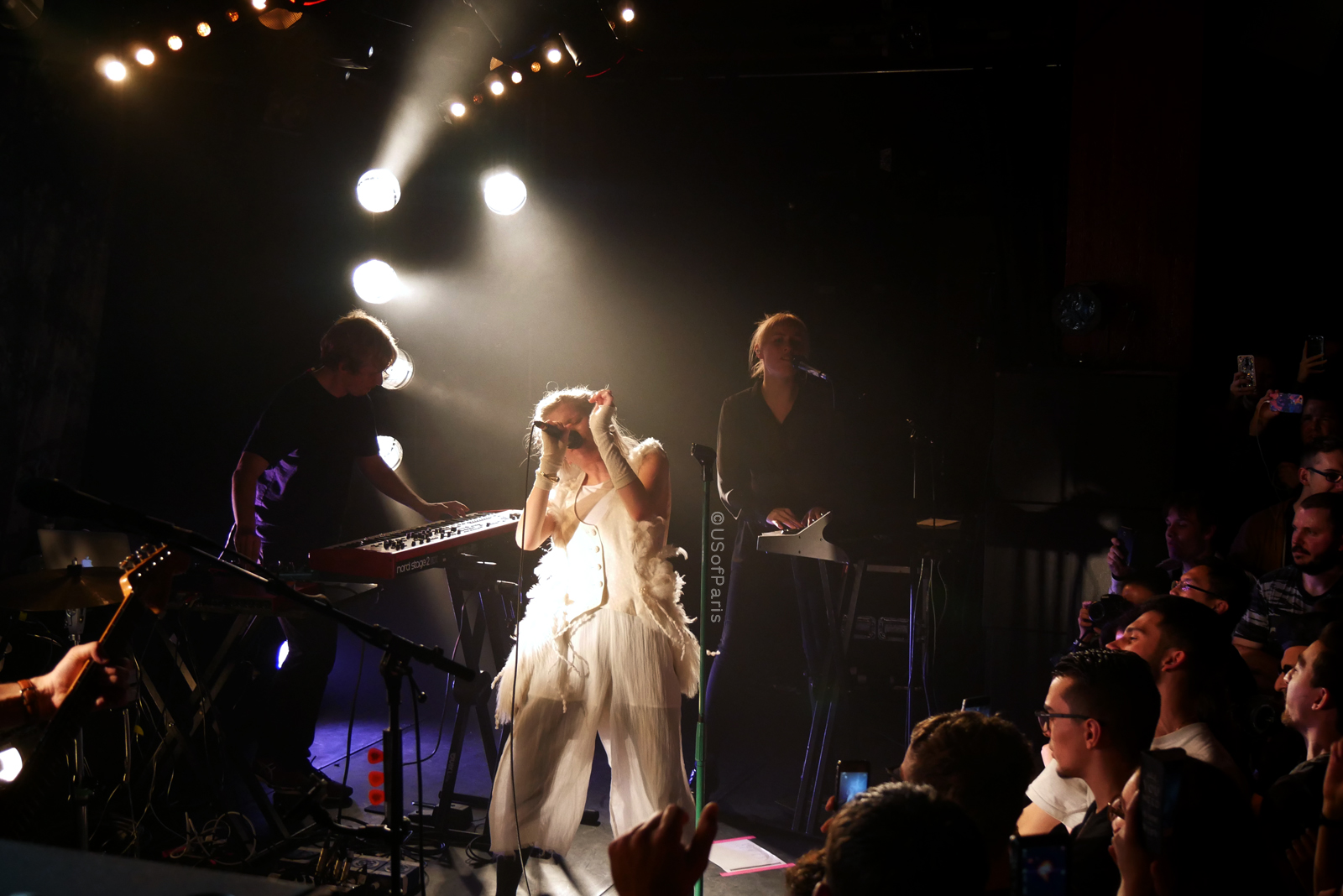 aurora-paris-la-maroquinerie-music-tour-stage-photo-usofparis-blog