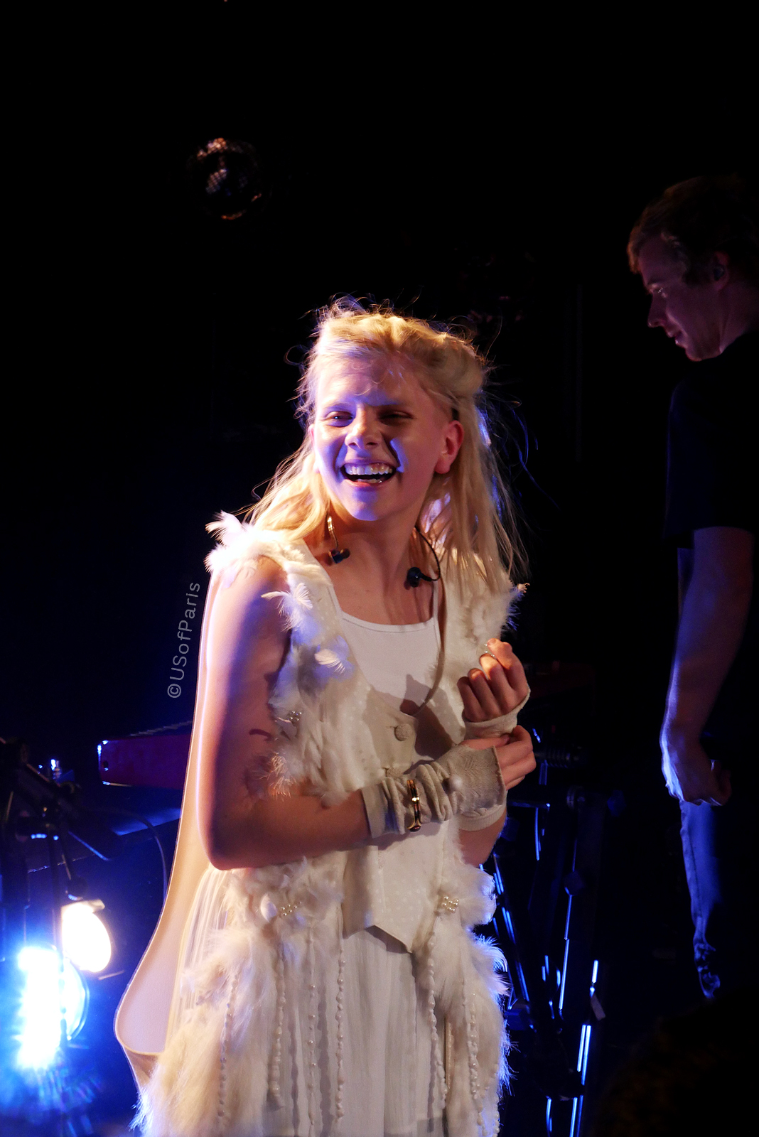 aurora-music-smile-live-concert-paris-la-maroquinerie-france-stage-photo-usofparis-blog