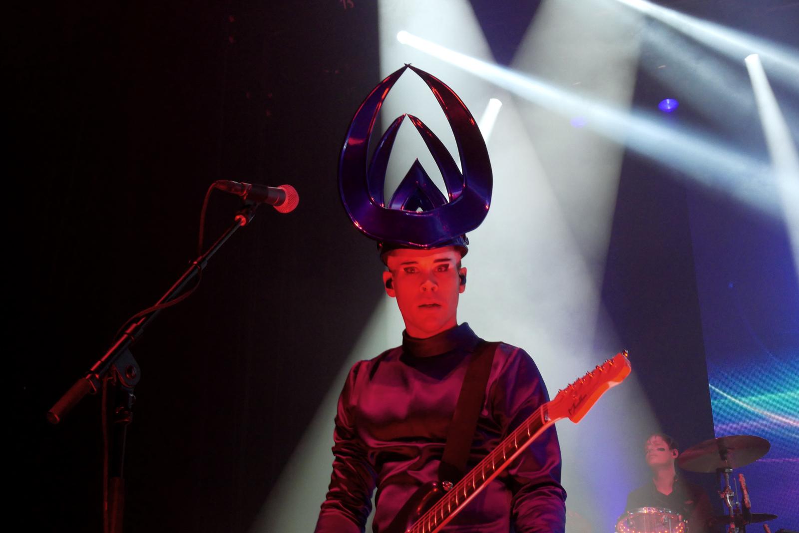 luke-steele-eyes-empire-of-the-sun-concert-paris-olympia-two-vines-tour-live-stage-photo-usofparis-blog
