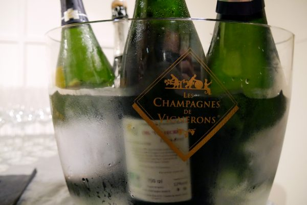 champagnes-de-vignerons-independant-degustation-parmesan-idee-apero-photo-by-blog-united-states-of-paris