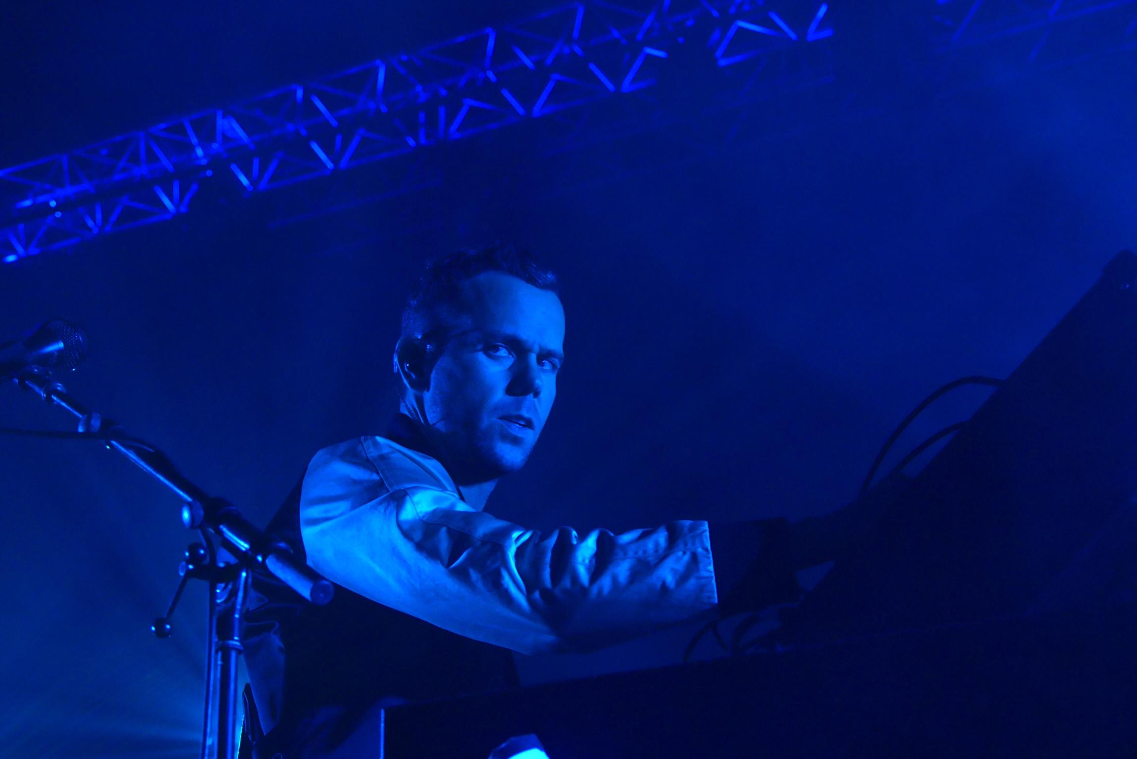 m83-anthony-gonzalez-eyes-junk-tour-live-concert-zenith-paris-photo-usofparis-blog