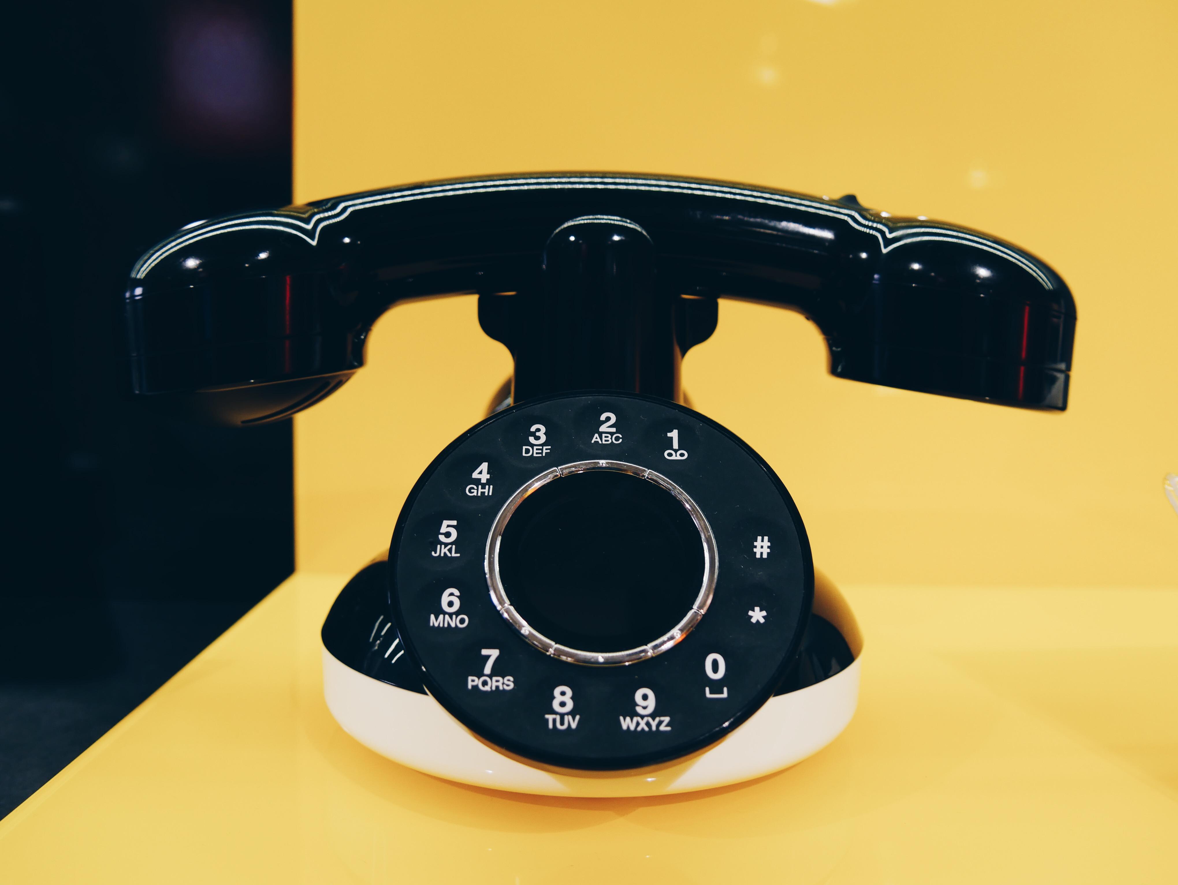 NeoRetro-Orange-téléphone-fixe-universel-à-cadran-design-vintage-écouteur-haut-parleur-photo-usofparis-blog