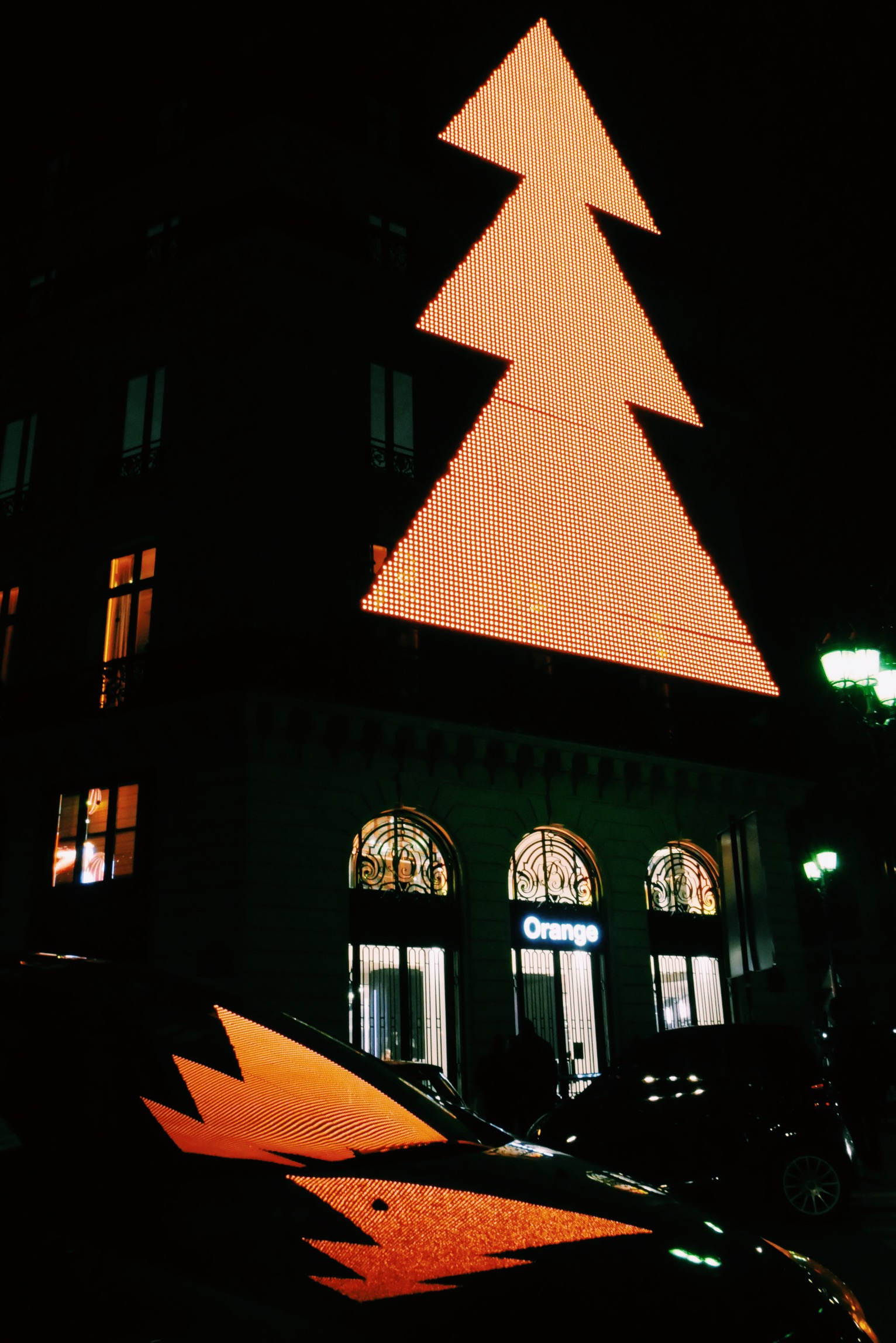 Orange-Opéra-nouvelle-boutique-concept-store-paris-arbre-noël-néon-façade-nuit-photo-usofparis-blog