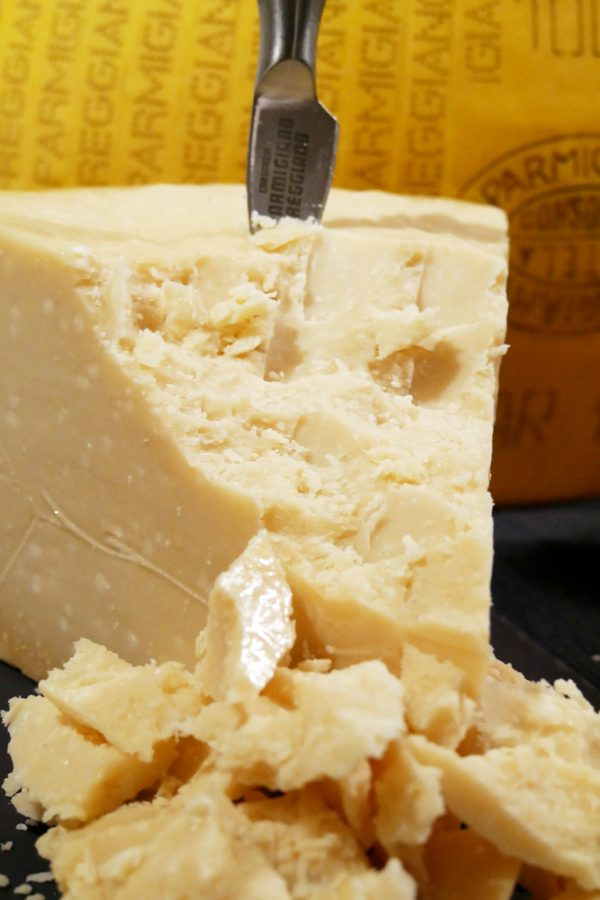 parmesan-24-mois-vache-brune-parmigiano-reggiano-aop-idee-apero-degustation-photo-by-blog-united-states-of-paris