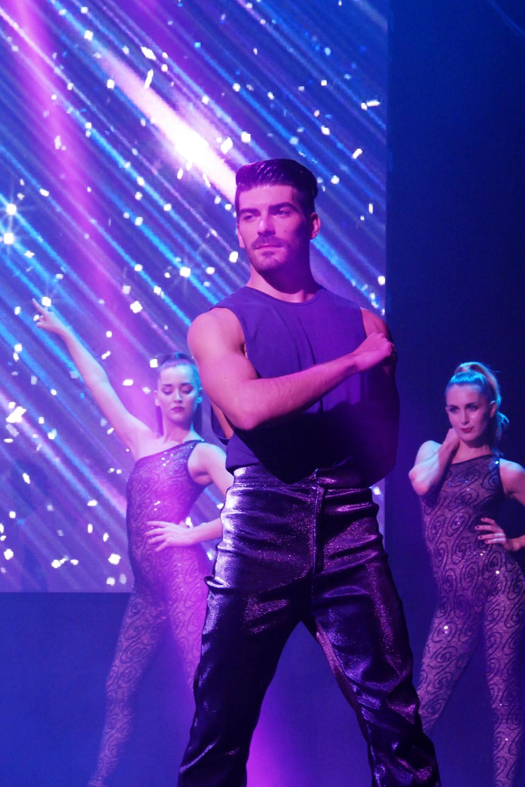 saturday-night-fever-le-spectacle-fievre-du-samedi-soir-troupe-danseurs-comedie-musicale-photo-usofparis-blog