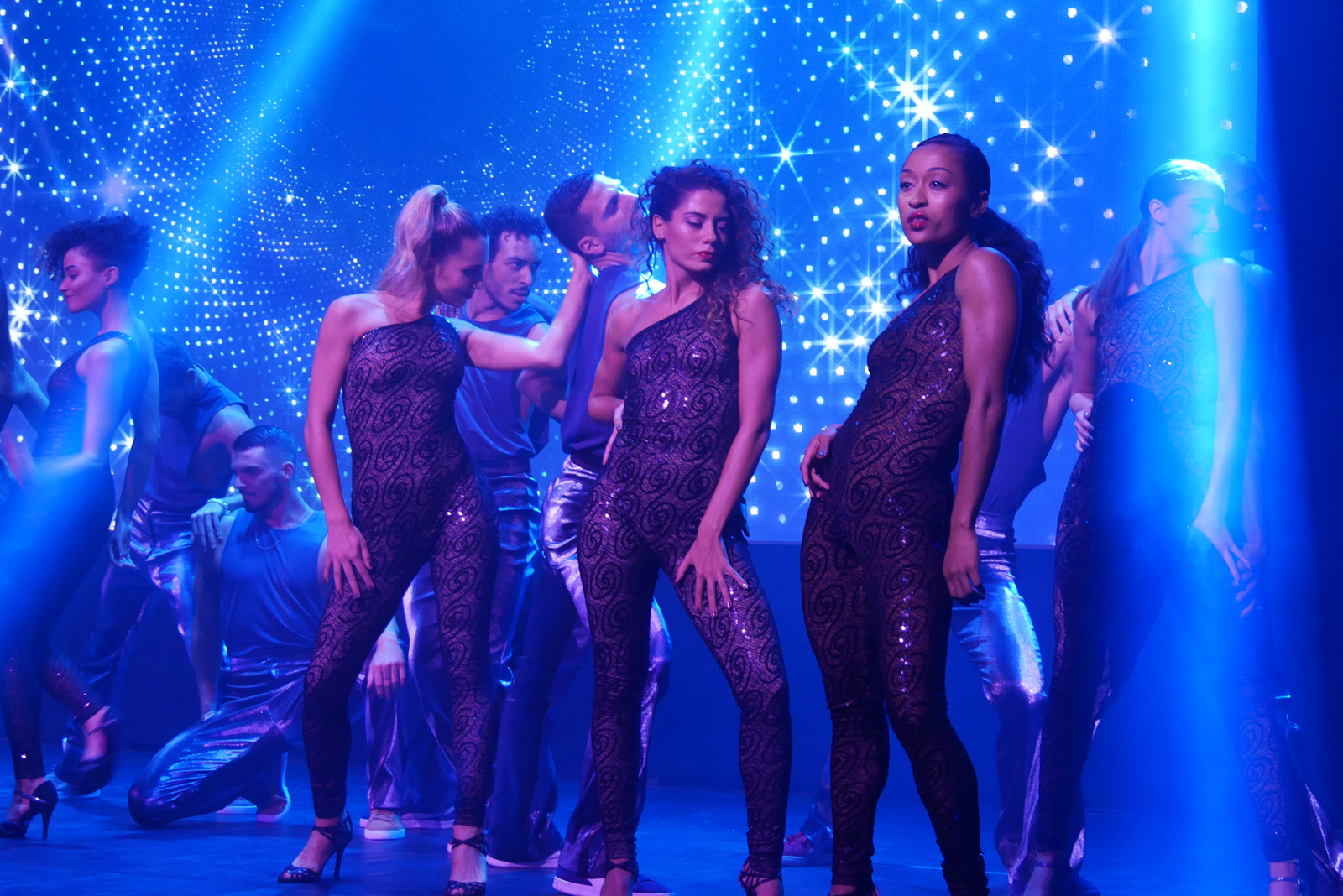 saturday-night-fever-le-spectacle-fievre-du-samedi-soir-troupe-danseuses-comedie-musicale-photo-usofparis-blog
