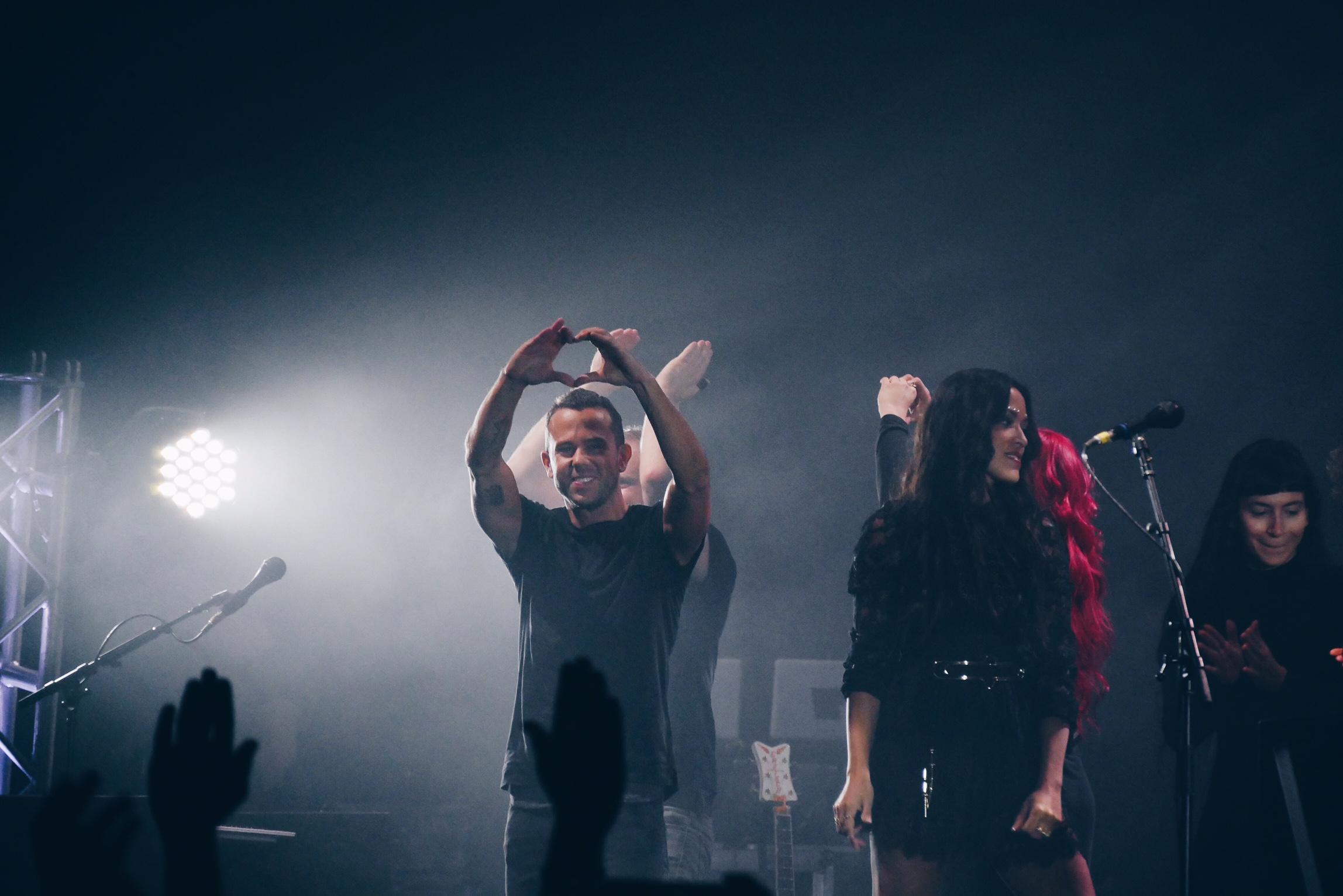 m83-anthony-gonzalez-finger-heart-junk-tour-live-concert-zenith-paris-photo-usofparis-blog