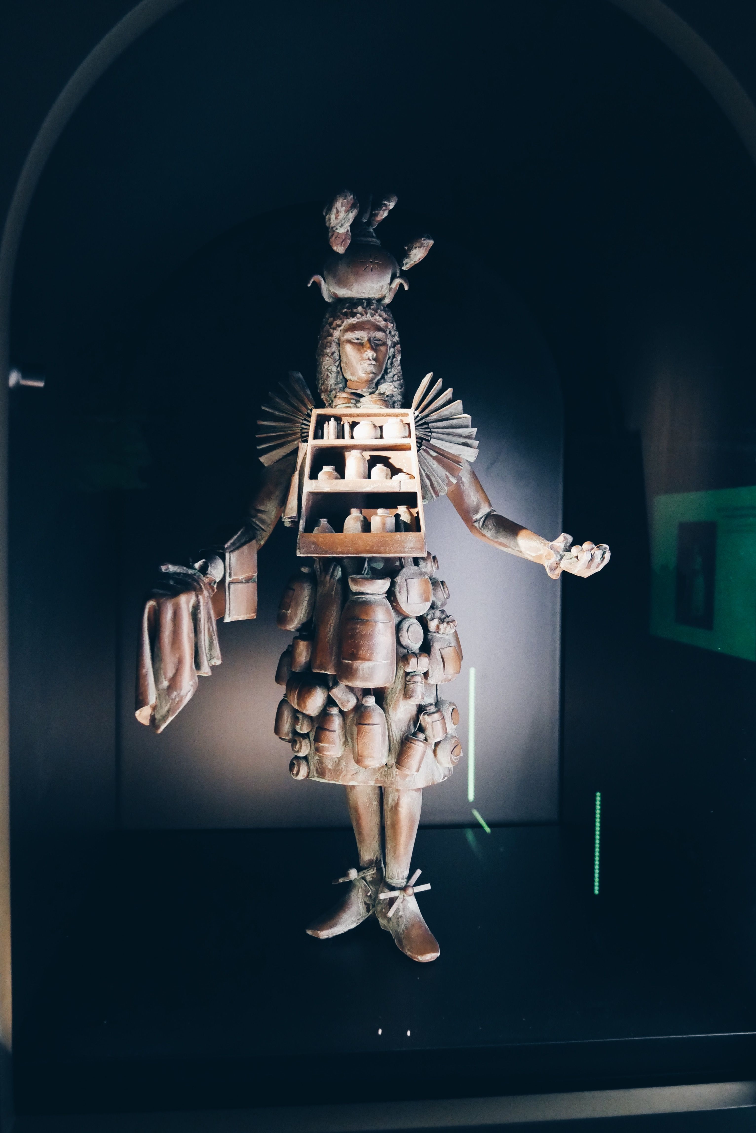Costume-du-gantier-parfumeur-France-17e-siècle-reproduction-Le-Grand-Musée-du-Parfum-Paris-Rue-du-Faubourg-Saint-Honoré-8e