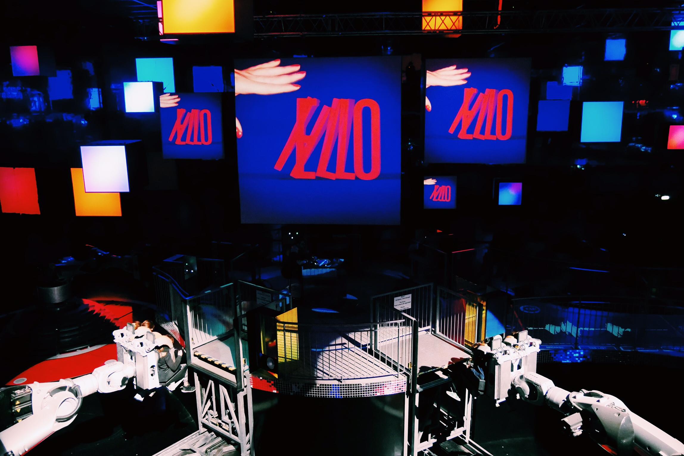 Danse-avec-les-robots-Martin-Solveig-Futuroscope-attraction-musicale-spectacle-photo-usofparis-blog