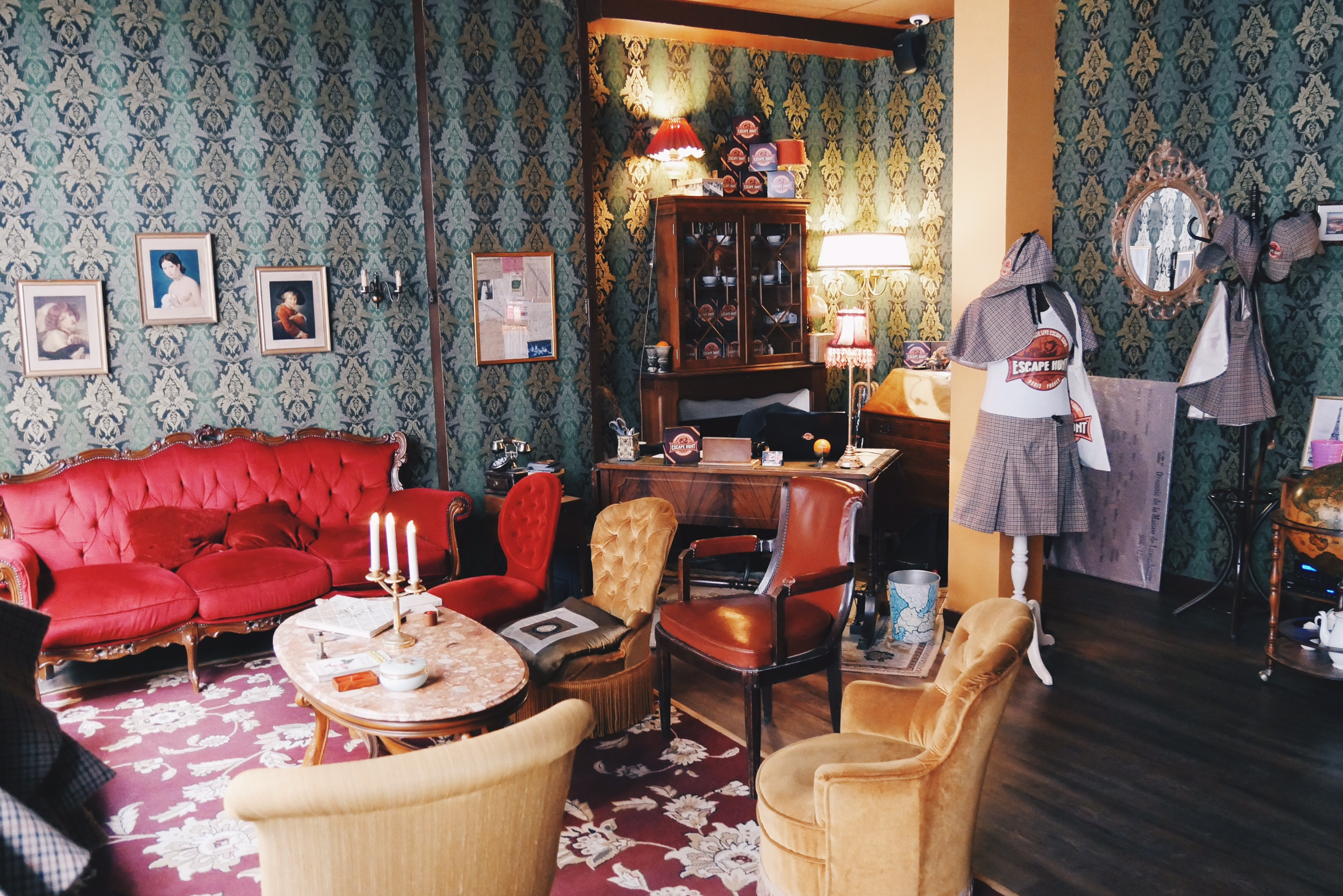 Escape-Hunt-Paris-salon-accueil-vintage-live-escape-game-france-Poursuite-dans-le-métropolitan-Crime-au-Cabaret-photo-usofparis-blog