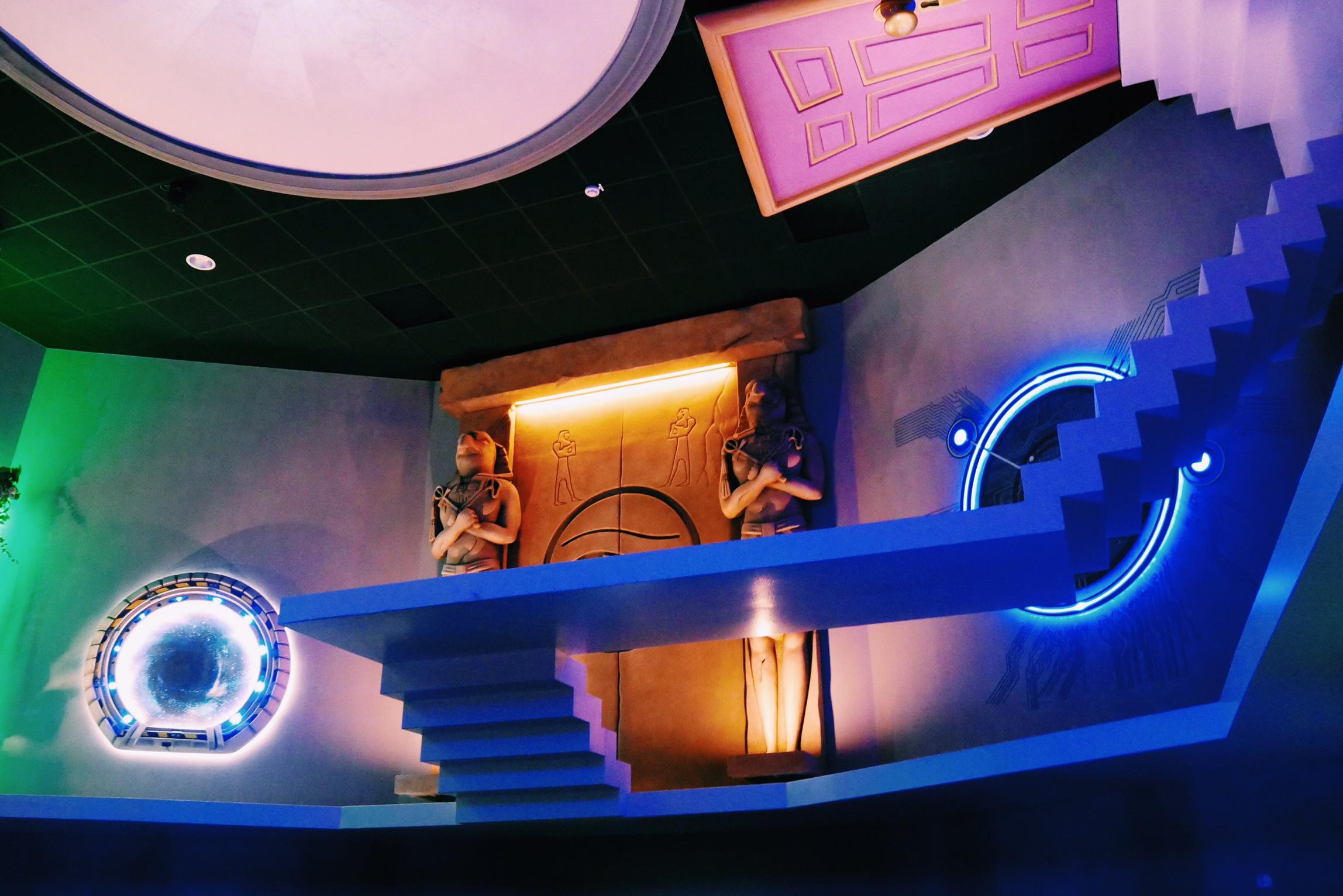 L-Extraordinaire-Voyage-Futuroscope-décor-porte-temple-Egypte-photo-usofparis-blog