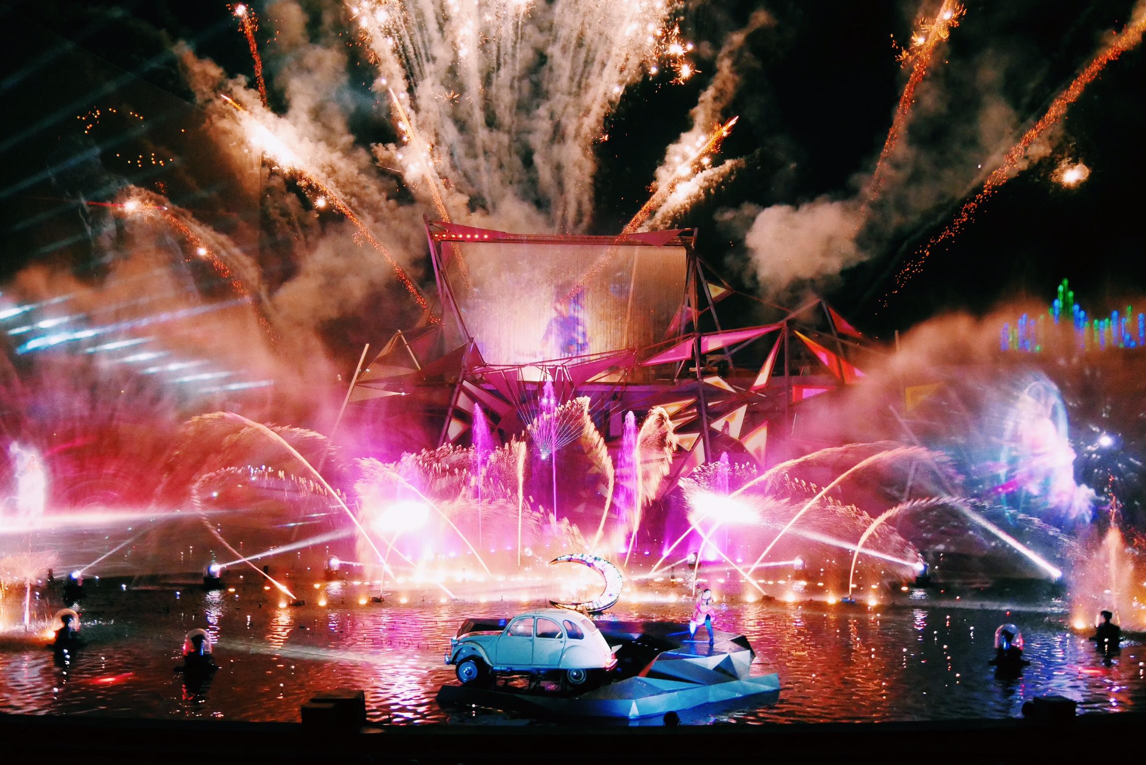 La-forge-aux-étoiles-Futuroscope-aquaféérie-nocturne-spectacle-son-lumière-Cirque-du-Soleil-photo-usofparis-blog