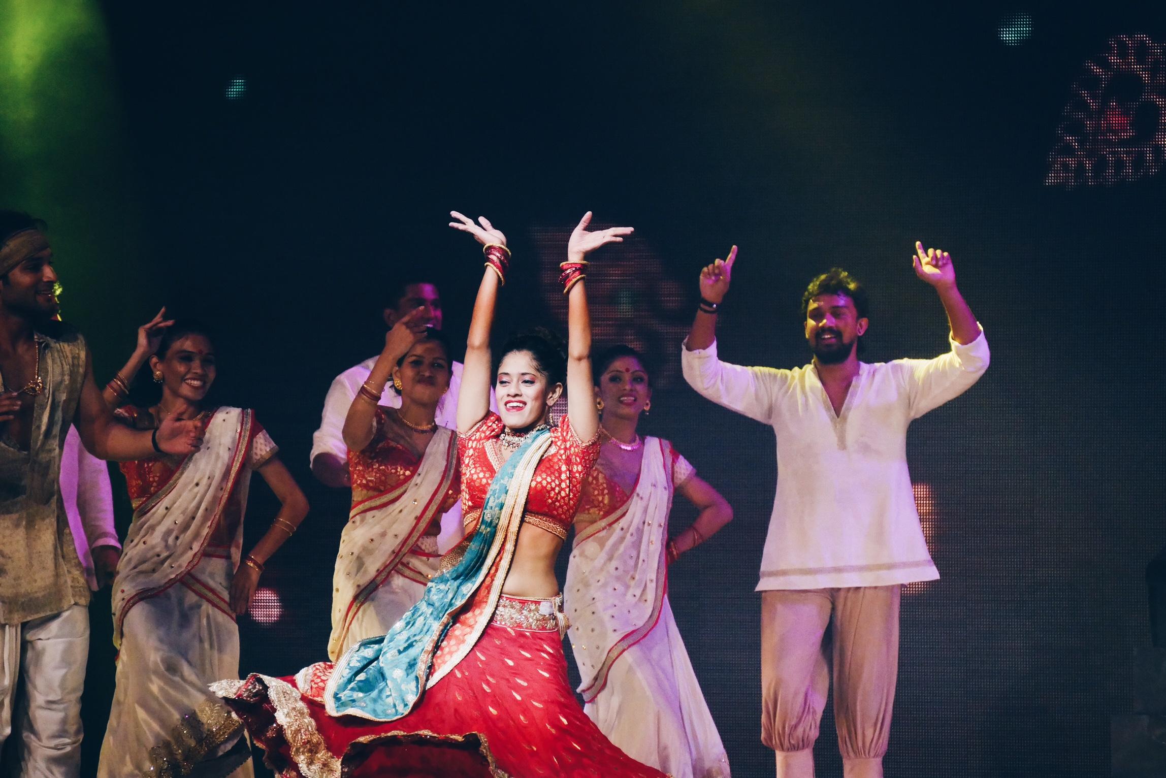 Bharati-2-spectacle-dans-le-palais-des-illusions-salut-scène-grand-rex-paris-photo-usofparis-blog