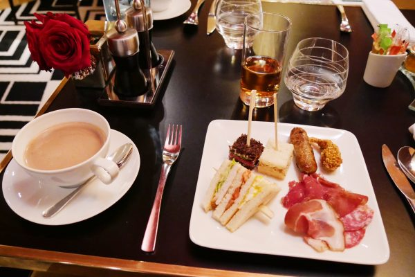 Brunch restaurant le W Hôtel Warwick Paris assiette finger sandwich magret canard saucisse photo usofparis blog