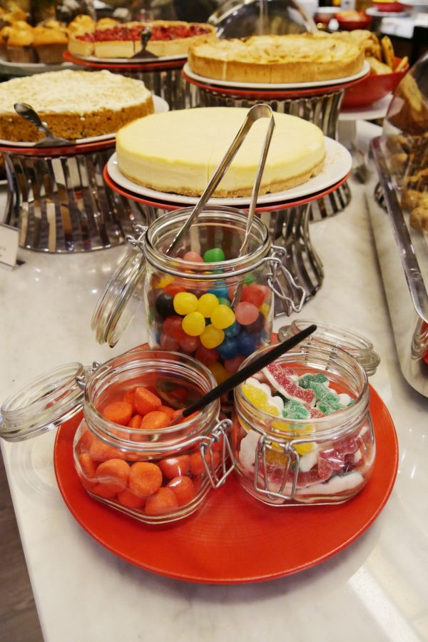 Brunch restaurant le W Hotel Warwick Paris buffet sucré pots bonbons photo usofparis