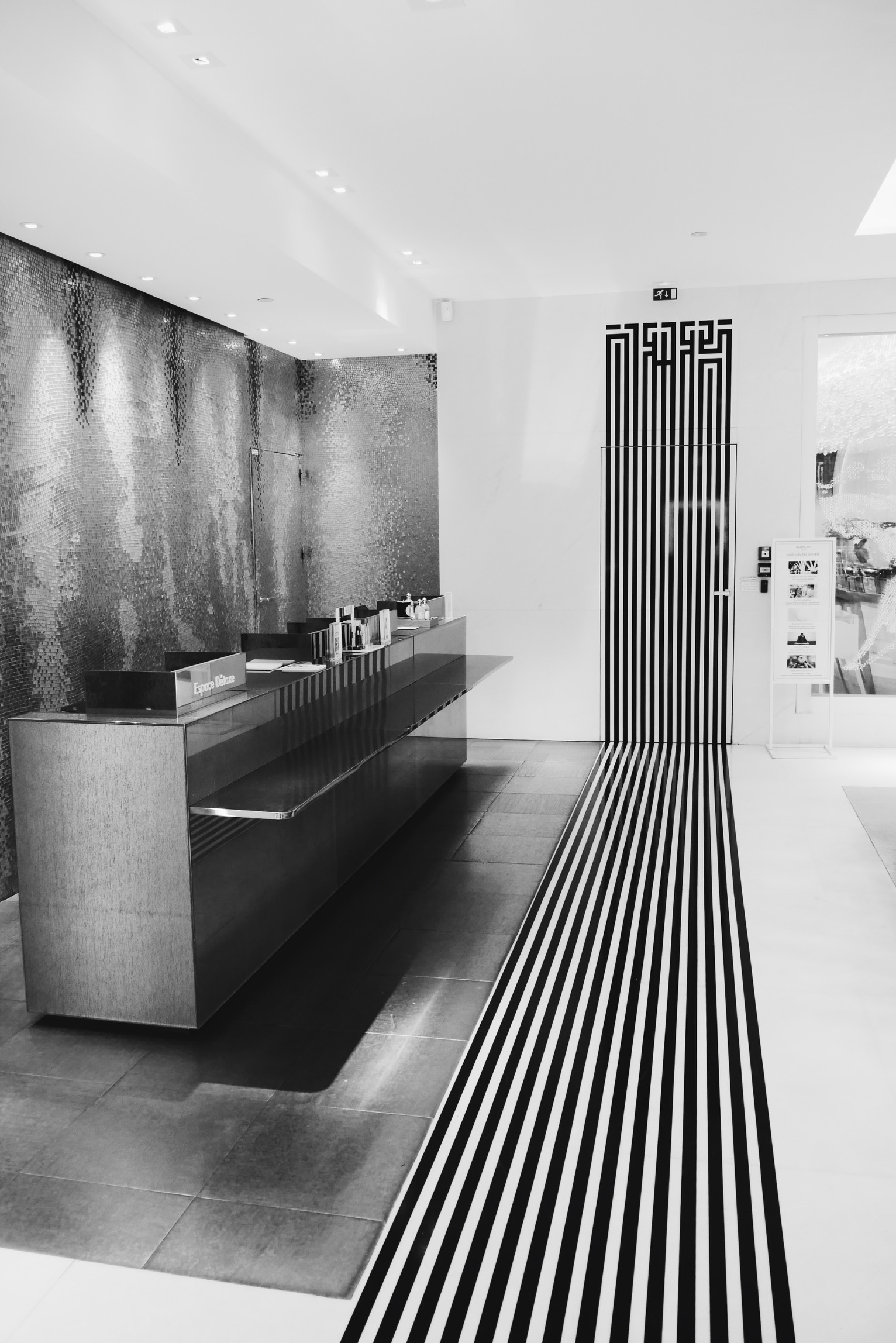 L-Atlas-installation-perfomance-boutique-Maison-Guerlain-Paris-shop-Champs-Elysées-photo-usofparis-blog