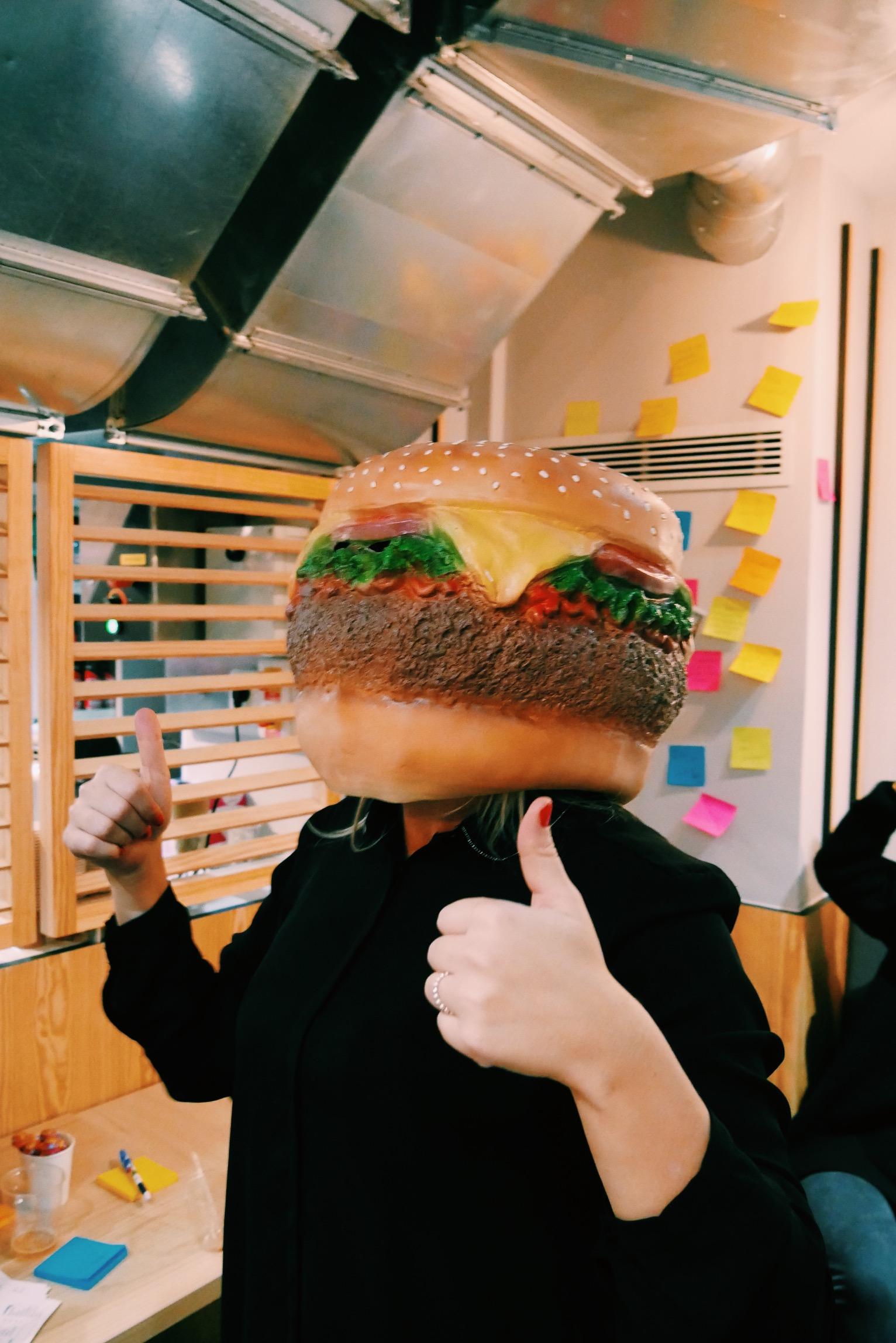 Masque-tête-de-burger-soirée-Roomies-restaurant-paris-photo-usofparis-blog