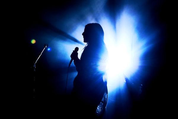 chanteuse brune
